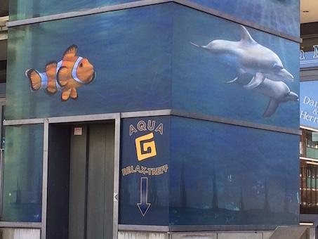 GWG: Der Schwimmbad-Fahrstuhl bekommt live mit Besucherunterstützung ein neues Graffiti