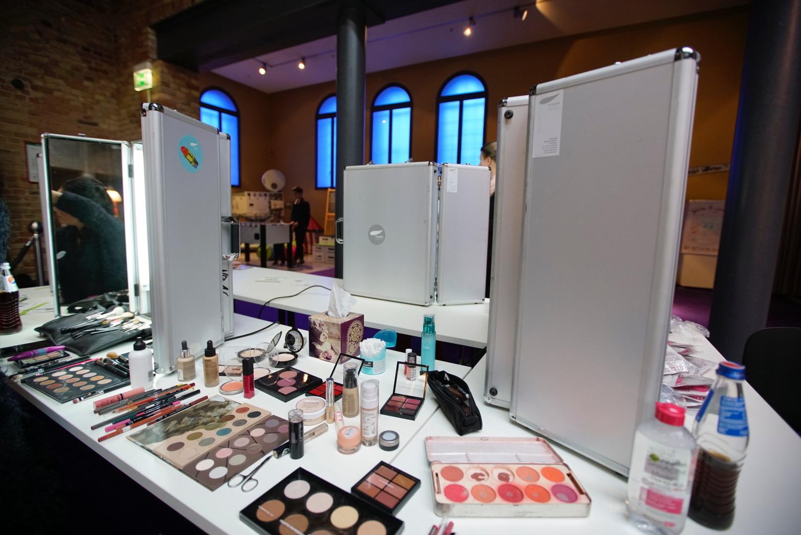 Das Jahr geht dem Ende entgegen und Ihr Team braucht eine Beauty-Auszeit? Dann ist ein verwöhnendes Make-up Event genau das Richtige für's kleine Team.
