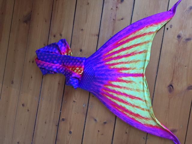 Eine unserer farbenfrohen Mermaid-Flossen