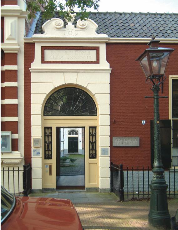 De poort van Ars Aemula aan de Pieterskerkgracht 9a in Leiden