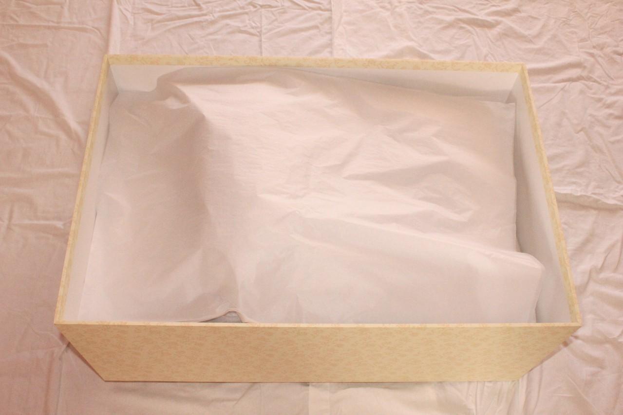 Brautkleidbox - Schritt VI - Mit Seidenpapier abschließen