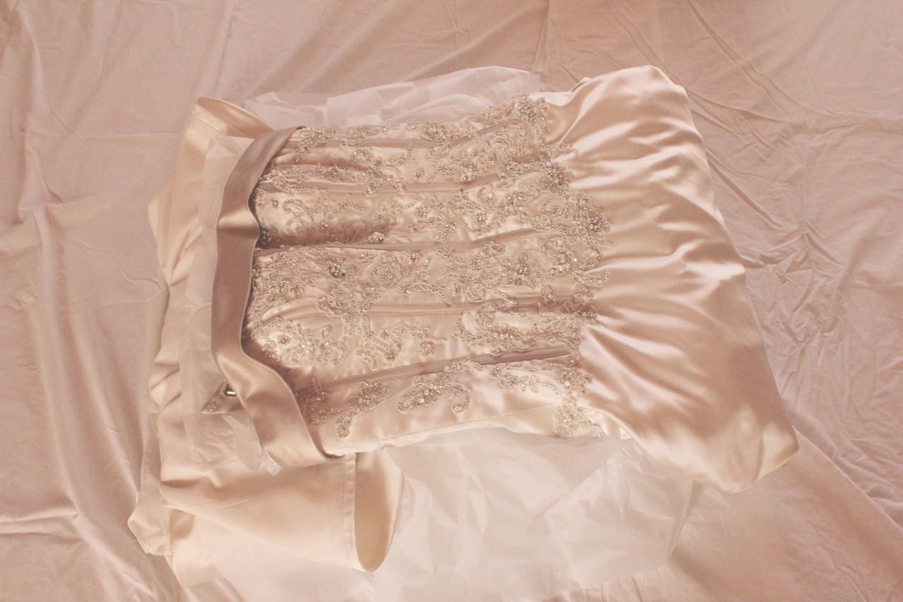 Brautkleidbox - Schritt IV - In jede weitere Schicht das Seidenpapier einlegen