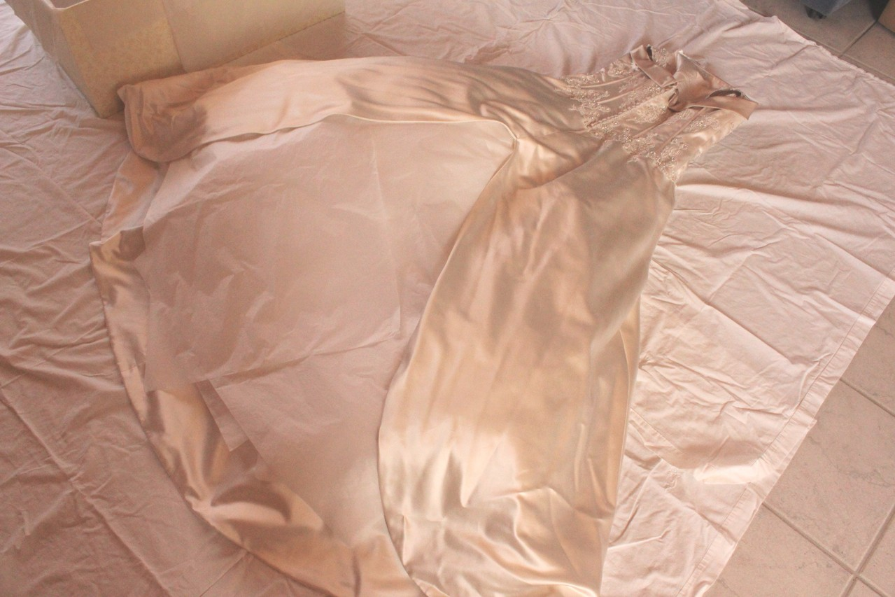 Brautkleidbox - Schritt II - Seidenpapier einlegen