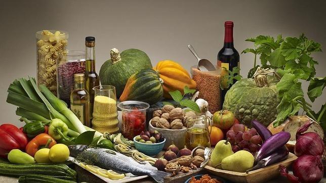 La dieta mediterránea, con aceite de oliva y frutos secos, (semillas) reduce el risgo cardiovascular y nos ayuda a llegar a viejos en buenas condiciones físicas y mentales.