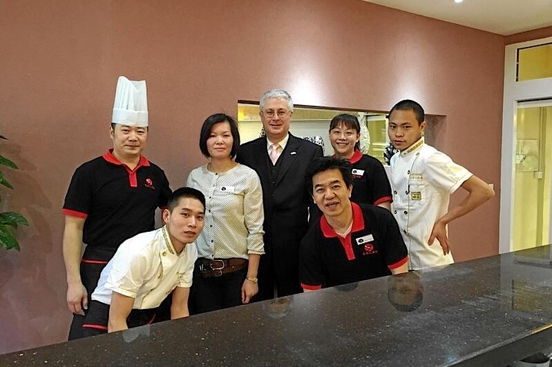 Mitarbeiter Chinarestaurant Yan mit Oberbürgermeister Wolfgang Dietz, Weil am Rhein