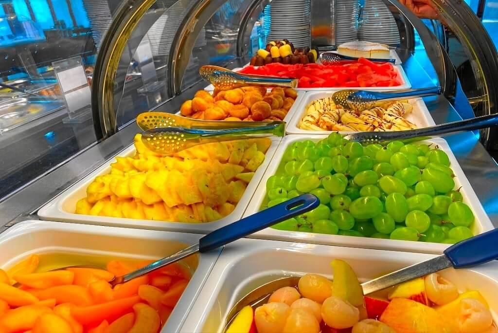 Buffet mit Eis und Früchten