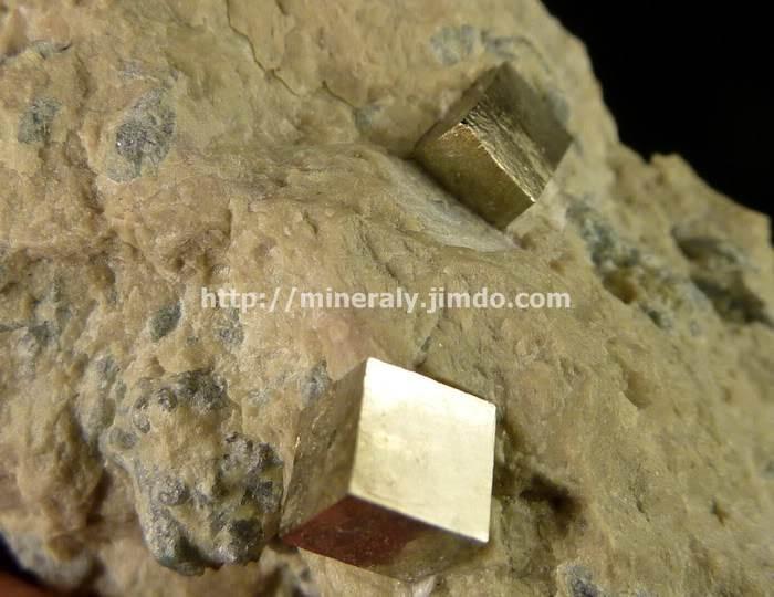 PIRYT - kryształy na skałce