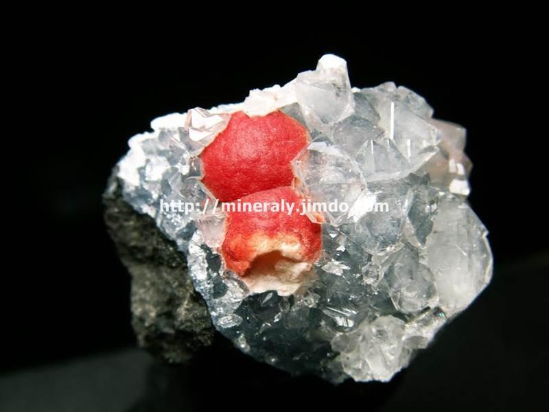Czerwone kulki fluorytu na kwarcu