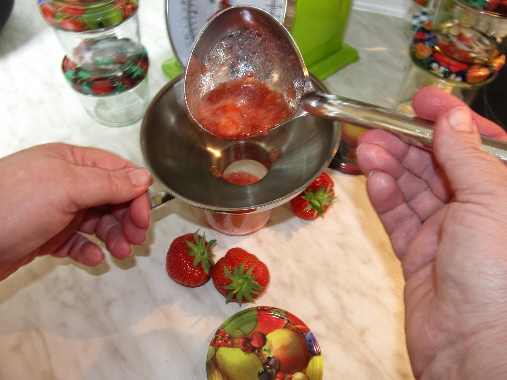 Abfüllung ins Glas noch mit Hand