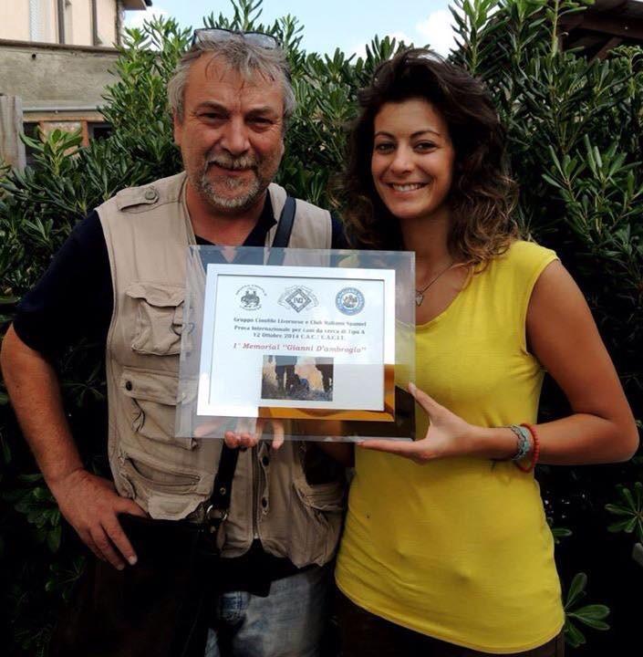 Alessandra Fioravanti riceve il premio dal Giudice Donato Grimaldi