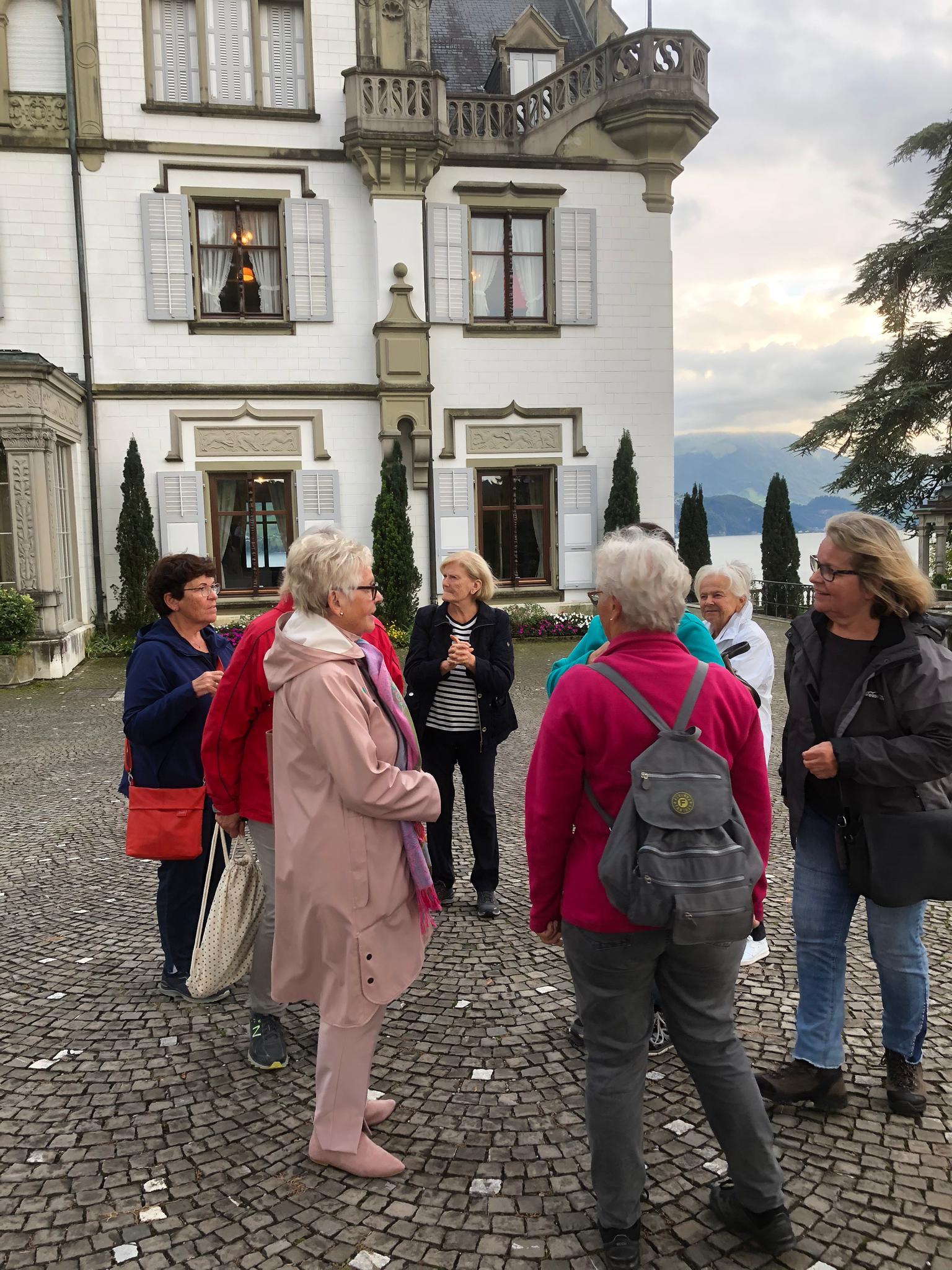 Gespanntes Warten vor dem Schloss Meggerhorn