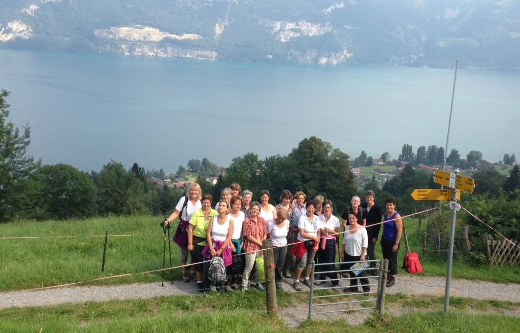 Die Wanderinnen hoch über dem Thunersee