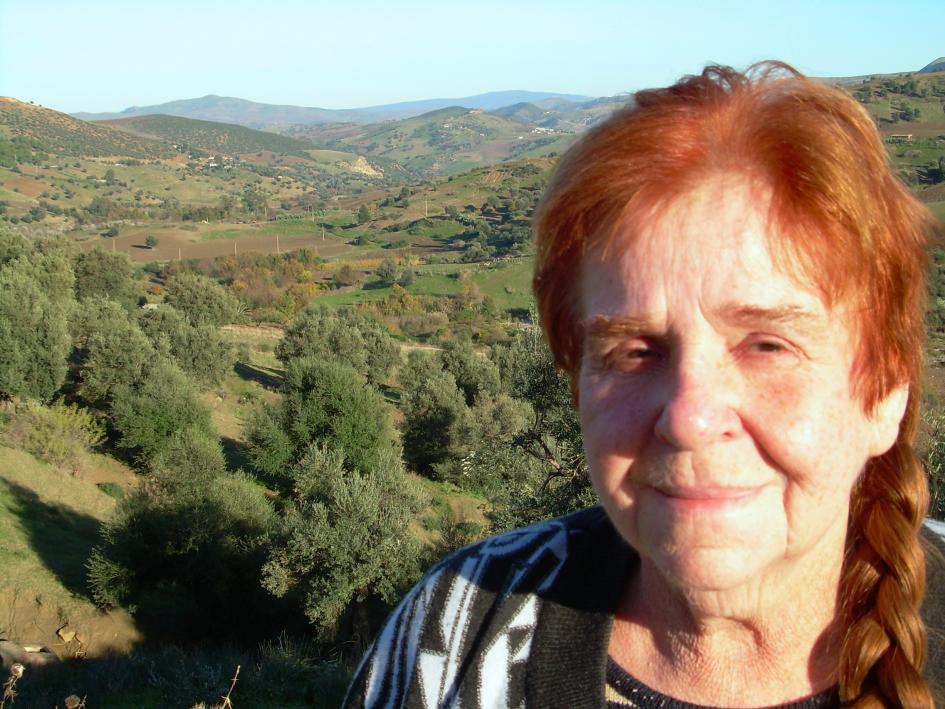 Bettina Heinen-Ayech (1937-2020) - Die Künstlerin bei der Motivsuche in der Gegend um Guelma,  2009