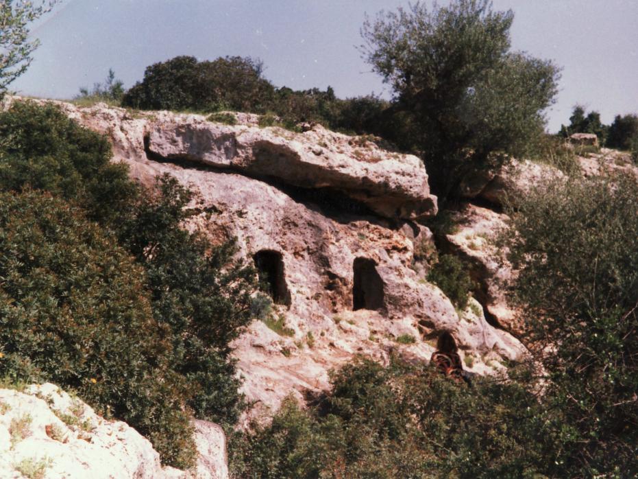 Bettina dessine des grottes préhistoriques à Roknia près de Guelma