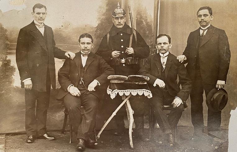 Die Postkarte von 1915 zeigt fünf Männer aus Rünthe. Lässt sich ihre Identität nach mehr als 100 Jahren klären?