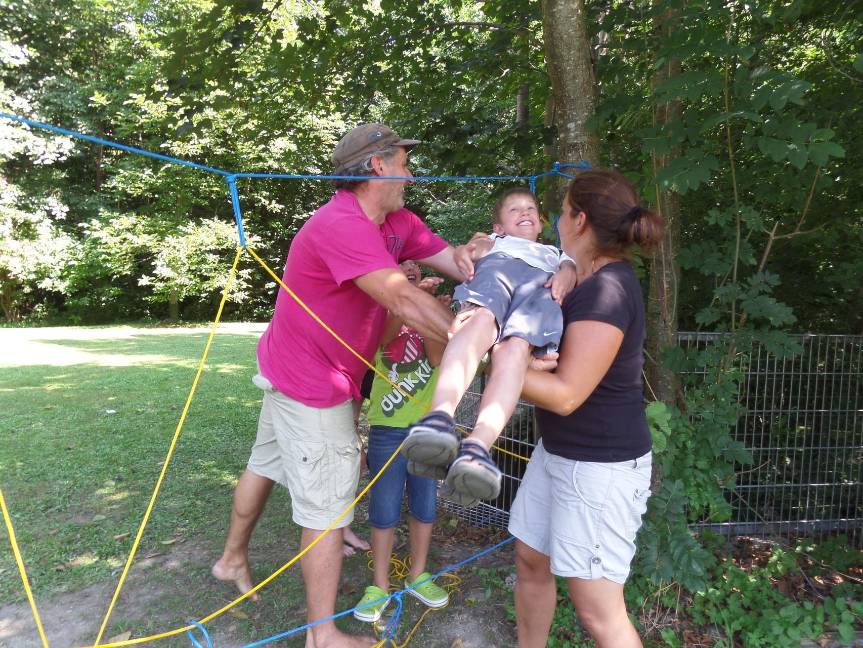 Fröhliche Kurzweil mit Floß-Bau, mobiler Seilarbeit & Co.