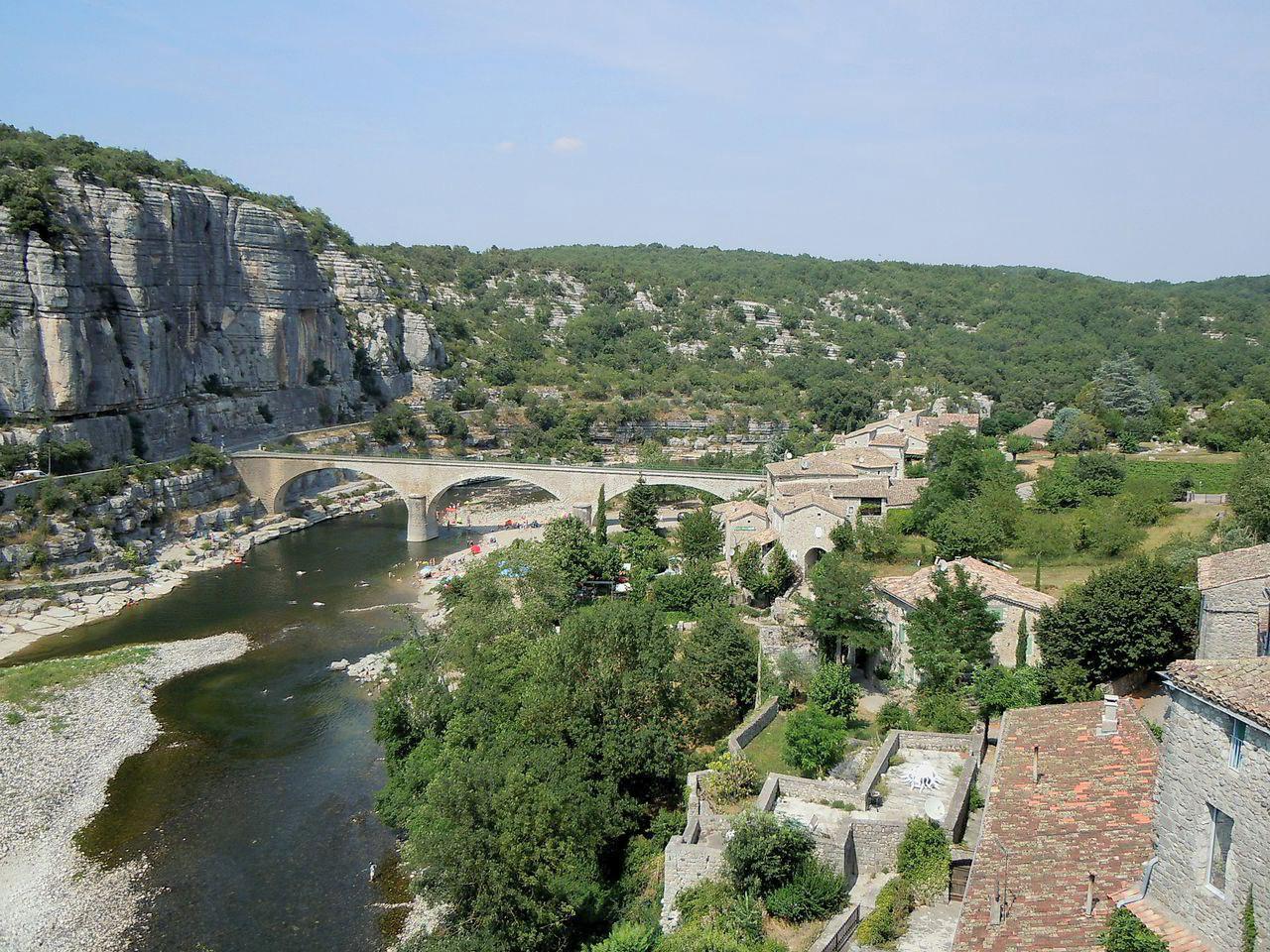 Le pont de Balazuc et la rivière