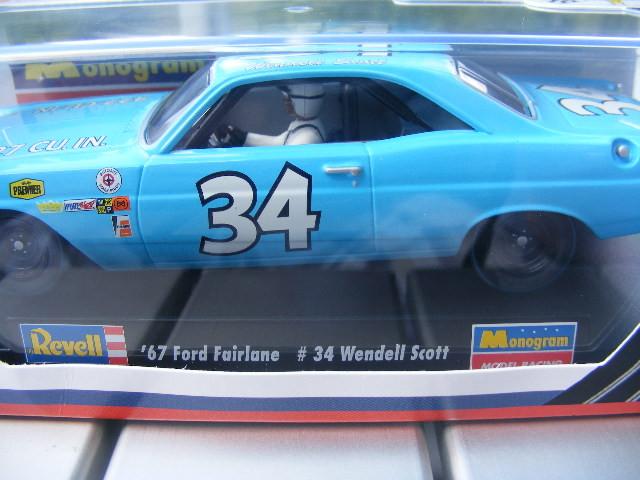 REVELL 4827 '67 Ford Fairlane 34 Wendell Scott USA