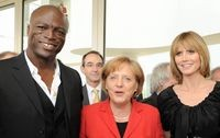 Foto: PAUL BUCK- Angela Merkel neben Heidi Klum und Sänger Seal.