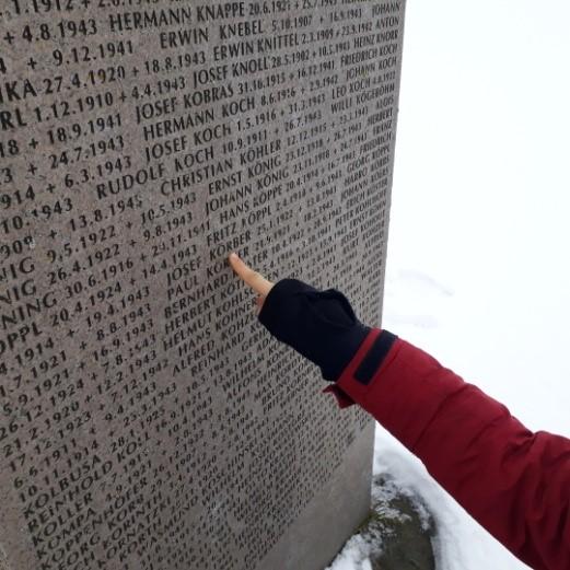 Auf Tafeln finden sich die Namen der Verstorbenen