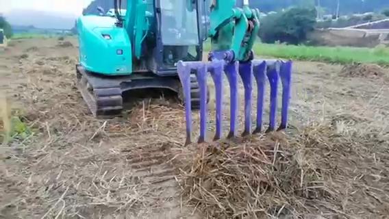 8本爪特注フォークの集草作業