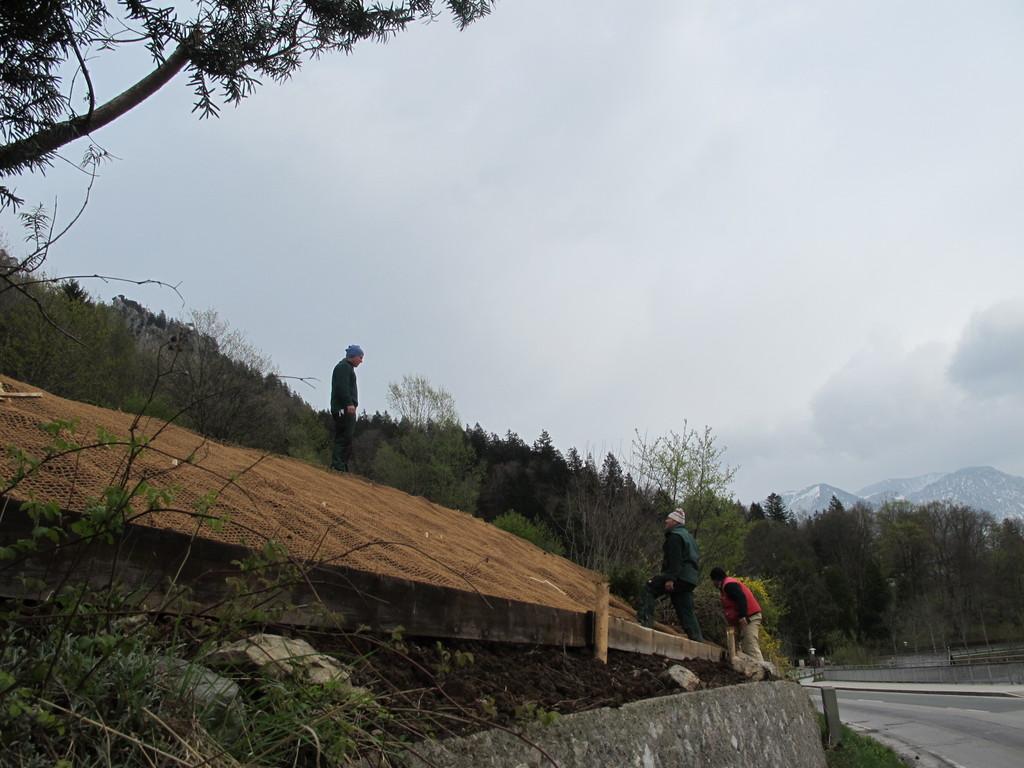 Mit Netzen wird der steile Hang gesichert