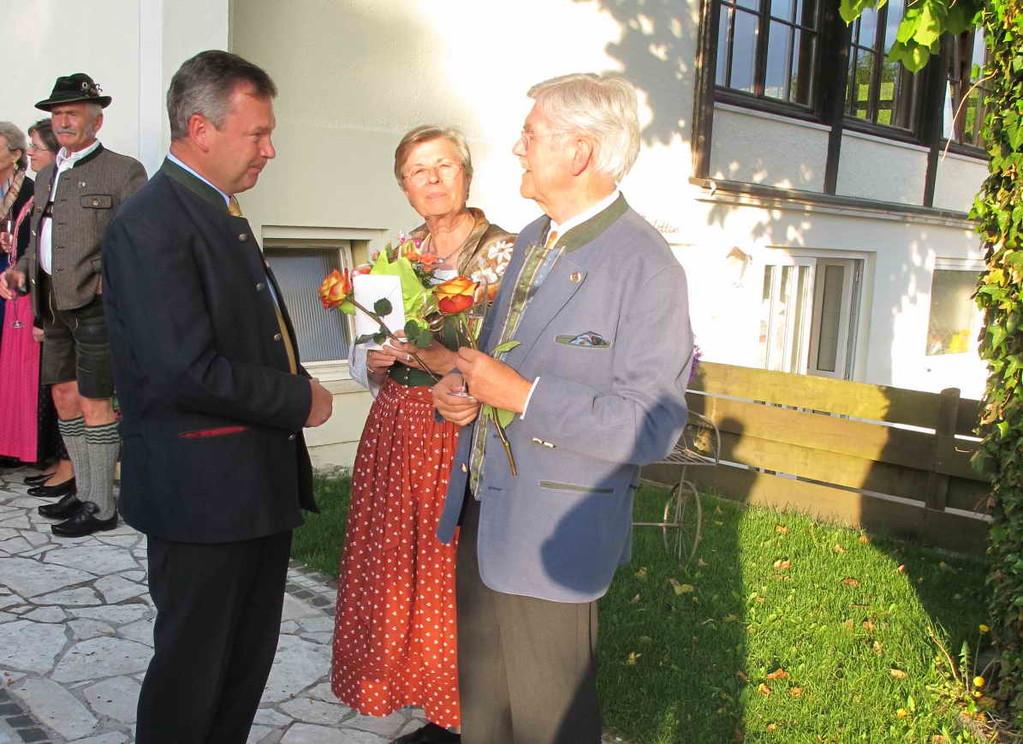 Landrat Jakob Kreidl freut sich mit den Jubilaren