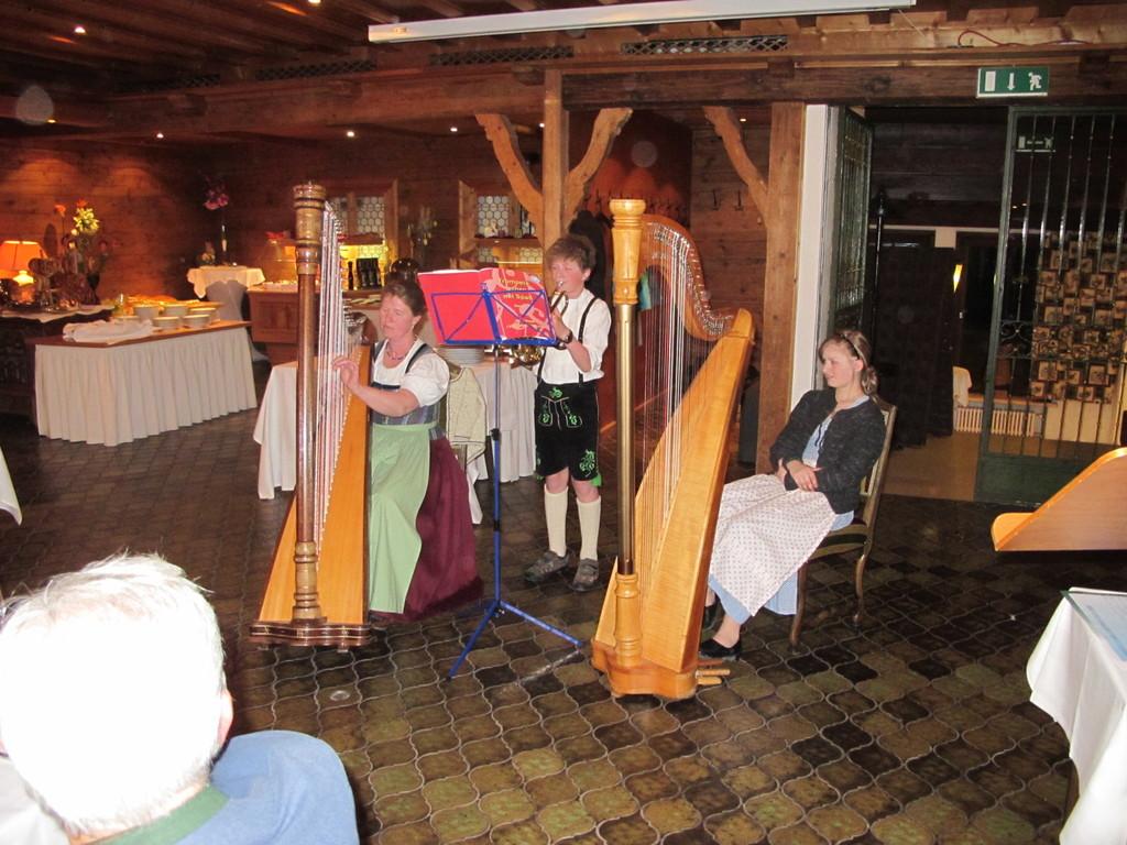 Enkel Klausi mit Schwester Sophie und Mama Sabine gibt sein Debut als Trompeter