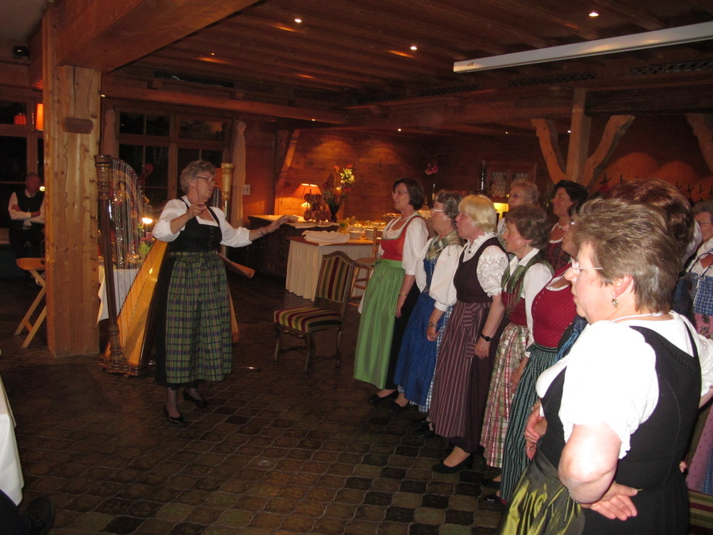 Schwester und Schwägerin Inge bringt den Chor ...