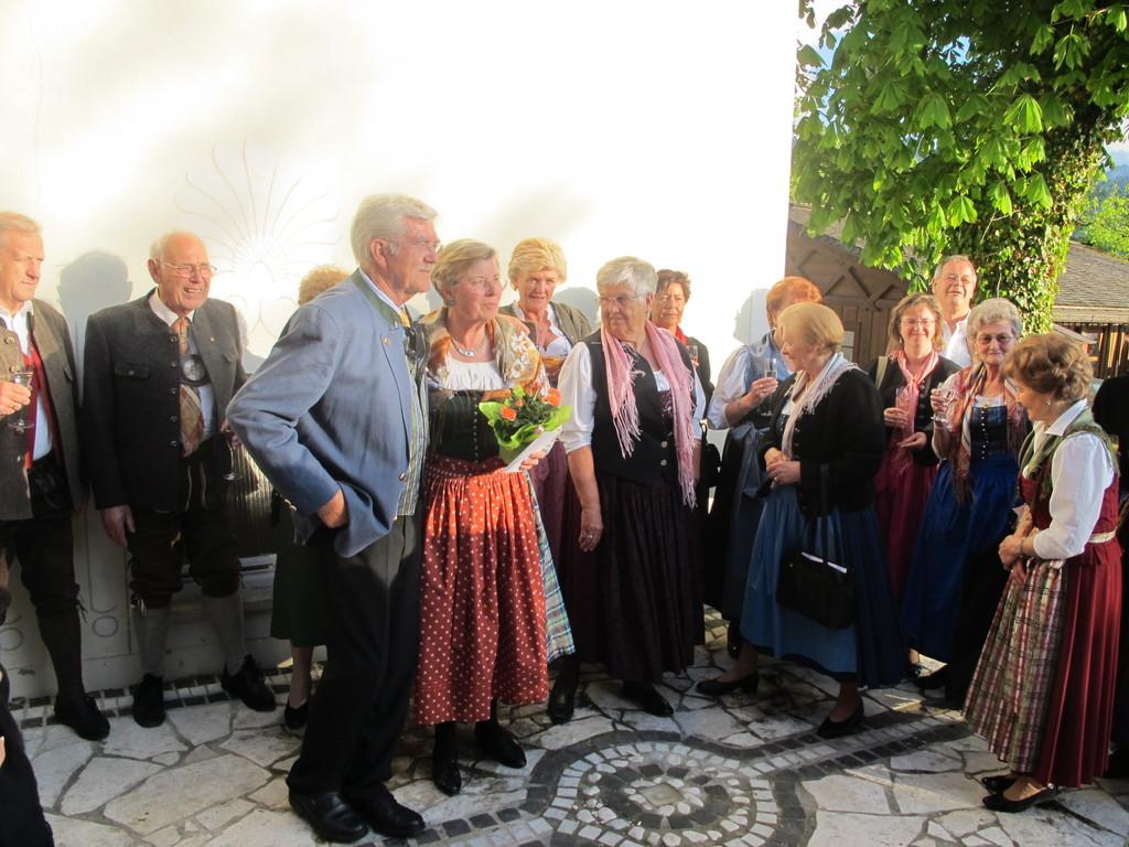 ... die beiden Jubilare und ihre Gäste