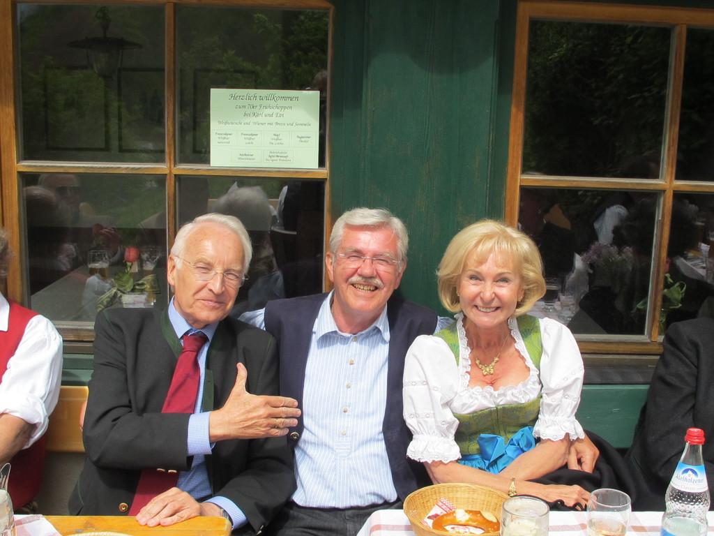 Der Jubilar mit Edmund und Karin Stoiber
