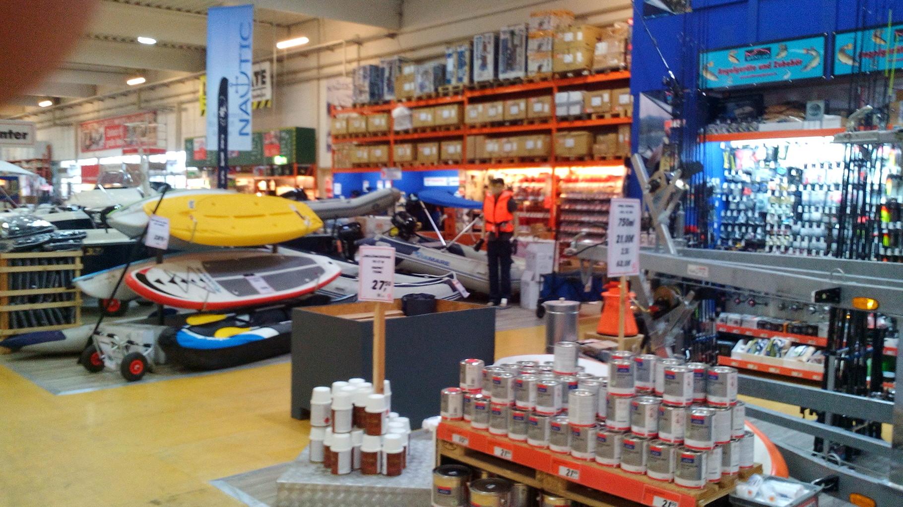 Der Baumarkt in Stralsund mit riiiiiiiiiieeesiger Auswahl an Bootszubehör und sogar Booten.