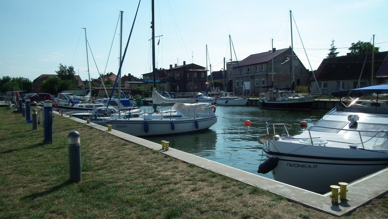 Das Hafenbecken der Marina Wolin