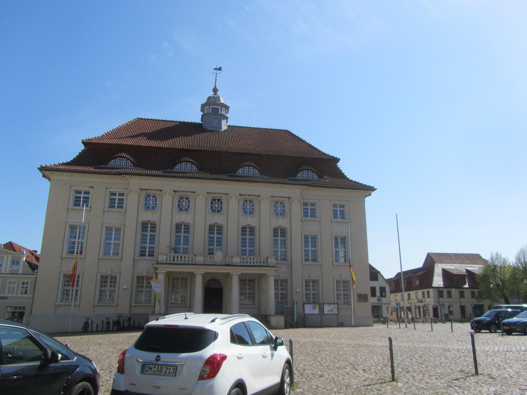 Rathaus und Toursteninfo Malchin