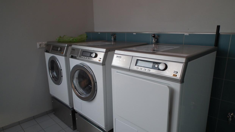 Waschmaschine und Trockner im Hafen von Usedom