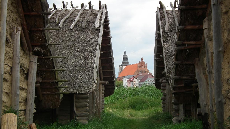 Blick auf die Kirche Wolin vom gegenüberliegenden Ufer