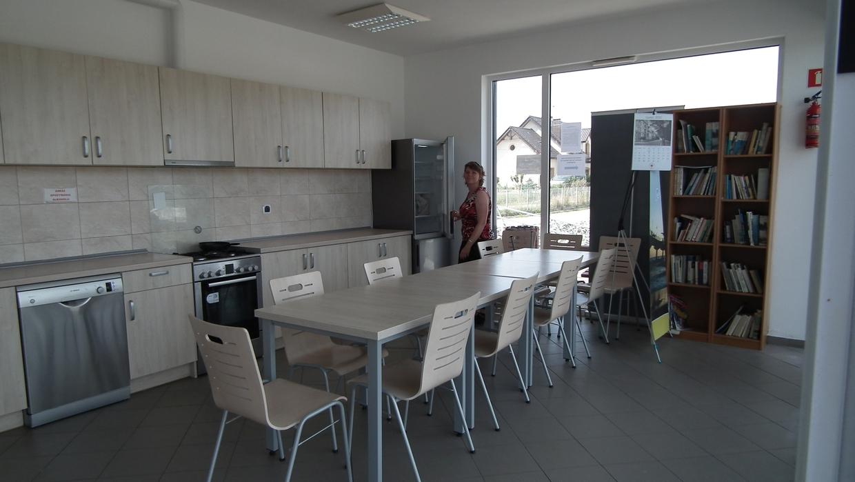 Die Küche mit Aufenthaltsraum für Gäste