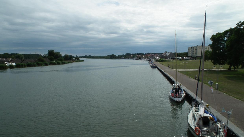 Blick von der Drehbrücke Wolin auf die Kaimauer und Dziwna