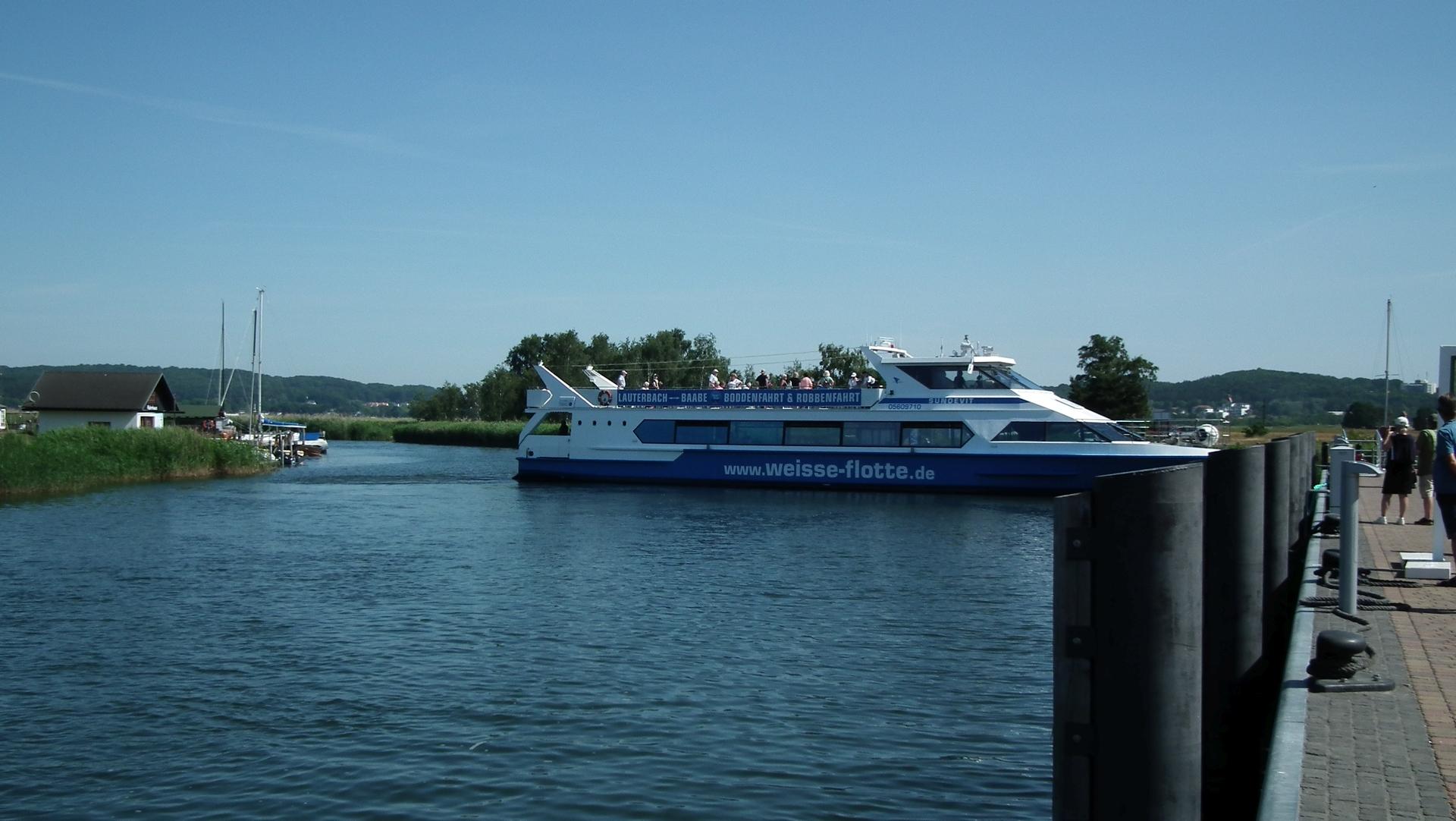 Fahrgastschiff Sellin der Weißen Flotte dreht im Hafen