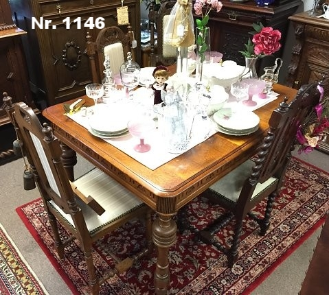 Tisch mit 4 Stühlen (neu bezogen) aus Eiche. - H: 87 B: 97 T: 130 - Preis: 1.680 €