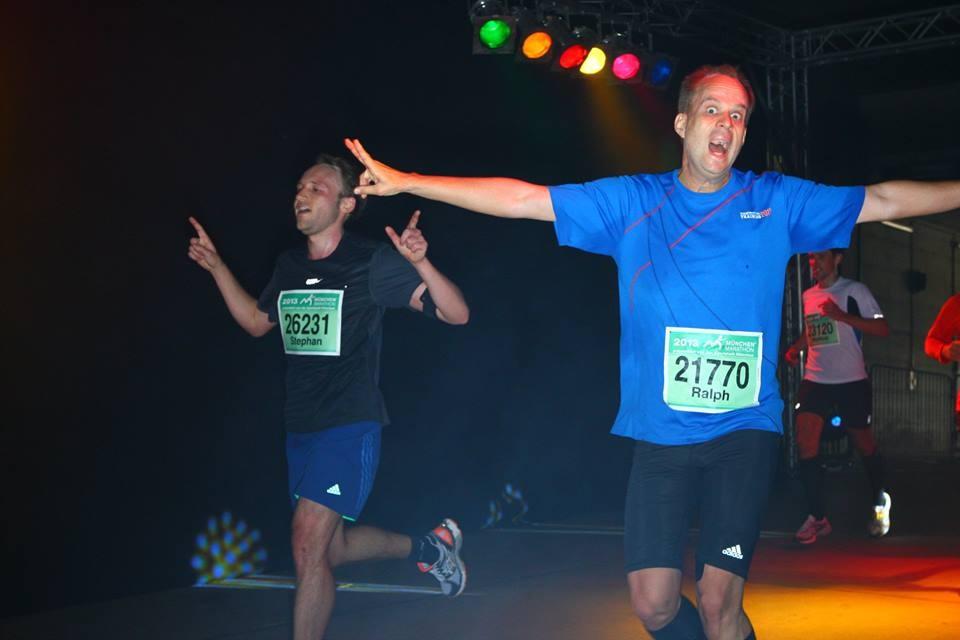 Finish beim München Marathon - Durchlauf durch den legendären Tunnel ins Olympiastadion