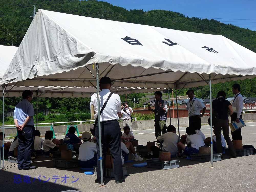 中学生の発掘体験。北國新聞社が取材にきています。