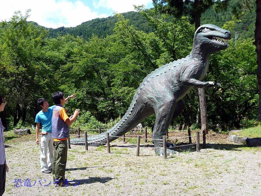 こちらの恐竜は英の博物館にあるメガロサウルスを拡大してカガリュウとして復元したのだそうです。