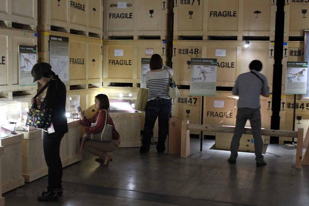 プロローグの展示場所、周囲は運搬に使った木箱を積んだイメージ