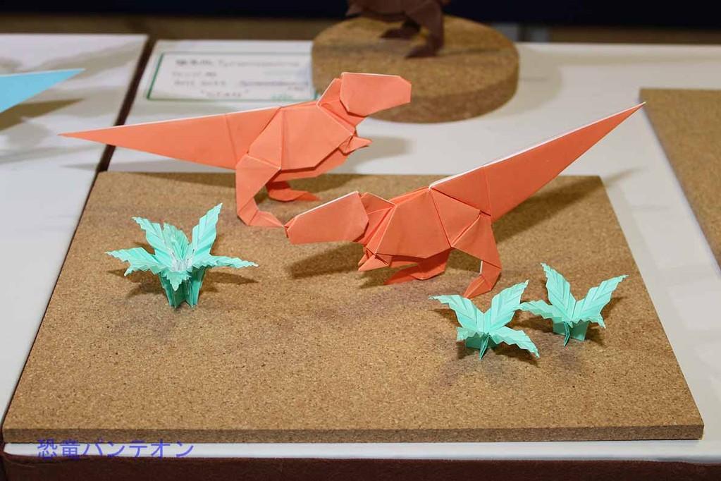 第二会場 まつもとかずやさんによる恐竜折り紙です