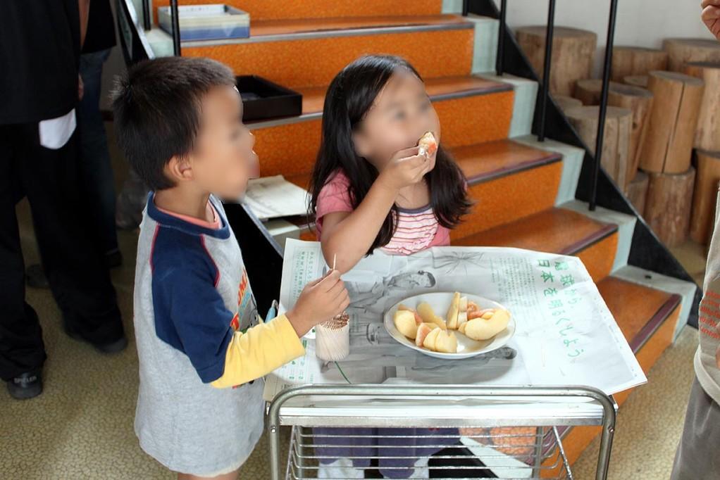 そんな二人の今日のおやつは、桃とりんごでした。