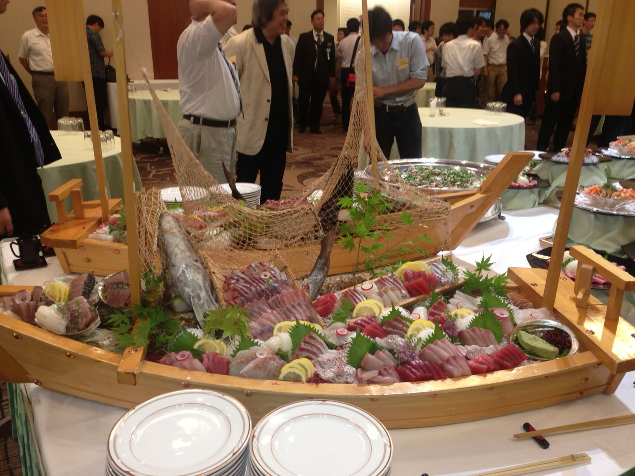 28日の懇親会はKKRホテルで開催されました。船盛りが目を引きます。