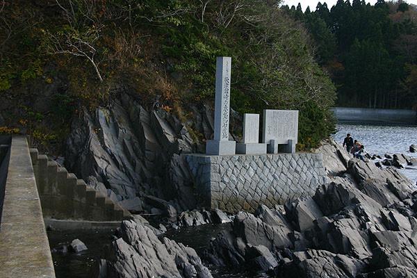 崖沿いに歩くと、さらに石碑