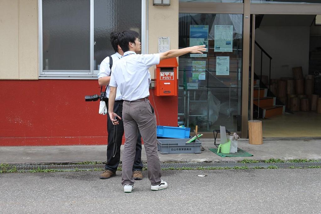 午後3時過ぎに、中日新聞の記者が取材に来ました。化石調査センターの日比野さんが説明しています。