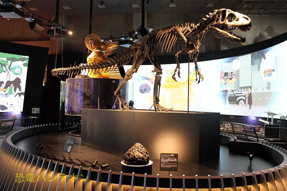 展示室中央には、宇宙史、生命史、人類史の象徴として、隕石、アロサウルス骨格、人工衛星ひまわりが展示されています。周囲の柵は138本で、宇宙の年齢を表しています。